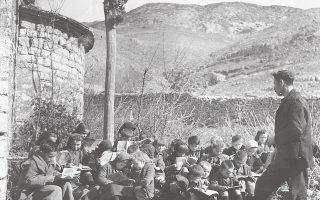 Μάθημα στην ύπαιθρο. Ηπειρος 1946. Φωτογραφία της Βούλας Παπαϊωάννου.