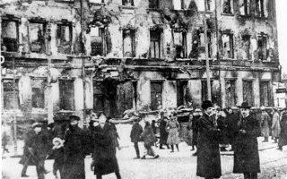 Φεβρουάριος 1917. Κόσμος συγκεντρωμένος στον δρόμο που οδηγεί στα τσαρικά ανάκτορα της Πετρούπολης λίγο μετά το ξέσπασμα της Επανάστασης.