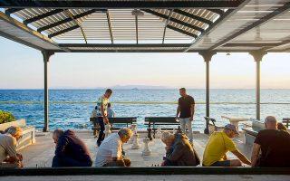 Η εικόνα των θαλασσόλυκων σκακιστών στην παραλία του Παλαιού Φαλήρου είναι γνωστή εδώ και πολλά χρόνια. Κάτοικοι των γειτονικών περιοχών συγκεντρώνονται εκεί χειμώνα-καλοκαίρι και επιδίδονται στο αγαπημένο τους χόμπι. Αυτό που δεν είχαμε συνηθίσει ήταν η κίτρινη γραμμή που φαίνεται στη φωτογραφία να χωρίζει στη μέση τη θάλασσα. Φετινό απόκτημα, το περίφημο πλωτό φράγμα,  επιστρατεύτηκε σε πολλά σημεία του Σαρωνικού προκειμένου να περιορίσει ή να ανακόψει την καταστροφική πετρελαιοκηλίδα που διέρρευσε από το ναυάγιο του «Αγία Ζώνη ΙΙ» στις 10 Σεπτεμβρίου.  Έναν μήνα μετά, το πλωτό φράγμα είναι πια παρελθόν και οι ακτές του Παλαιού Φαλήρου παραδόθηκαν εκ νέου στο κοινό. Τι σημαίνει αυτό; Ότι ολοκληρώθηκε η διαδικασία καθαρισμού τους, εν ολίγοις δεν έχουν πλέον πίσσα. Το κολύμπι πάντως συνεχίζει να απαγορεύεται ακόμη, μέχρι οι μετρήσεις του ΕΛΚΕΘΕ να δώσουν το πράσινο φως. Εικάζεται πως αυτό θα γίνει την επόμενη εβδομάδα για τις ακτές του Παλαιού Φαλήρου. © Άγγελος Γιωτόπουλος