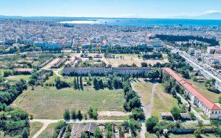 Στην αεροφωτογραφία διακρίνονται τα στρατιωτικά κτίρια και στο βάθος ο Θερμαϊκός Kόλπος της Θεσσαλονίκης (Βαγγέλης Αμεράνης / The White Dot) .