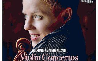 Η βιολονίστρια Isabelle Faust στο διπλό άλμπουμ με τα κοντσέρτα του Μότσαρτ.