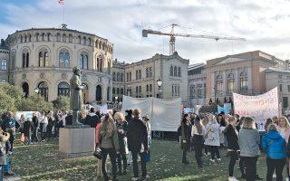 Απρόσμενο θέαμα έξω από το Κοινοβούλιο: μαθητές διαμαρτύρονται για την κατάργηση των «Λαϊκών Σχολείων» τεχνών και επαγγελμάτων.