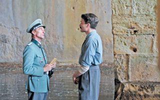 Καρλ Φίσερ (Αντρέ Χένικε) και Ναπολέων Σουκατζίδης (Ανδρέας Κωνσταντίνου έρχονται αντιμέτωποι, σε μια ταινία για τους εκτελεσμένους της Καισαριανής.
