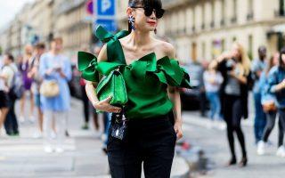 Οι μπλούζες με ένα ώμο και μακρύ μανίκι σε πιο πλούσια υφάσματα είναι η νέα τάση.