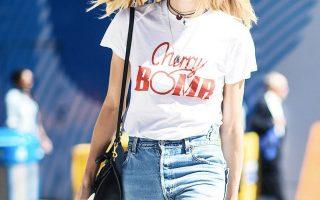 Το λευκό T-shirt με κόκκινα γράμματα είναι το νέο μήνυμα που μας στέλνει η street μόδα...