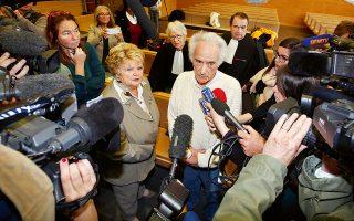 Οι Λε Γκενέκ μιλούν στον τύπο μετά την απόφαση του εισαγγελέα. (Φωτογραφία: Eric Gaillard / Reuters)