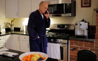 O Mάικλ Ρόζμπας στο σπίτι του στο Νιούτον της Μασαχουσέτης μιλάει στο τηλέφωνο μετά την ανακοίνωση ότι κέρδισε το Νομπέλ Ιατρικής.