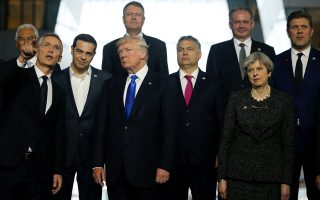 Ο Αμερικανός πρόεδρος και ο Ελληνας πρωθυπουργός ακούν τον γ.γ. του ΝΑΤΟ Γενς Στόλτενμπεργκ στην πρόσφατη σύνοδο της Συμμαχίας. Τσίπρας και Τραμπ θα συναντηθούν στον Λευκό Οίκο στις 17 Οκτωβρίου.