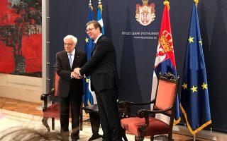 Θερμή χειραψία του Πρ. Παυλόπουλου με τον Αλ. Βούτσιτς.