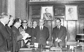 Παράδοση του σχεδίου «Συντάγματος» στον Γεώργιο Παπαδόπουλο, σε μια τελετή που αναδείκνυε τη ροπή της χούντας στην επικοινωνία και όχι στην ουσία.
