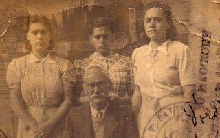 Αριστερά, ο Σάββας, ο Εβραίος ράφτης από την Κέρκυρα με τις τρεις κόρες του. Μαζί με τη Ρόζα (δεξιά στο κέντρο), οι κάτοικοι της Ερεικούσσας τους έκρυψαν από τους ναζί, σώζοντάς τους από βέβαιο θάνατο.