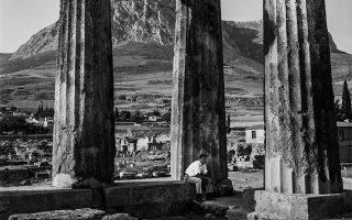 Ο αρχαϊκός ναός του Απόλλωνα στην Κόρινθο, που τράβηξε το 1961 ο Αμερικανός φωτογράφος, ο οποίος «όργωσε» την Ελλάδα.