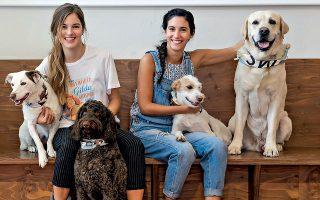 Οι ηθοποιοί Νατάσα Εξηνταβελώνη και Ελένη Βαΐτσου ποζάρουν με φίλους.