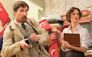 «Αυτή η ταινία οφείλεται στην έλλειψη παιδείας μου», δήλωσε ο Κρίστιαν Μπέιλ για τη συμμετοχή του στη «Μεγάλη υπόσχεση» (εδώ με τη Σαρλότ Λε Μπον).