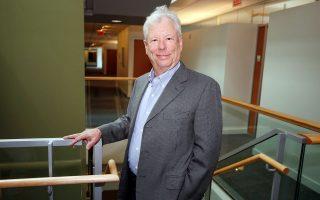 Το φετινό Νομπέλ Οικονομικών απονεμήθηκε σε έναν βασικό θεωρητικό των συμπεριφορικών οικονομικών, τον Ρίτσαρντ Θέιλερ, καθηγητή Οικονομικών στο Πανεπιστήμιο του Σικάγου.