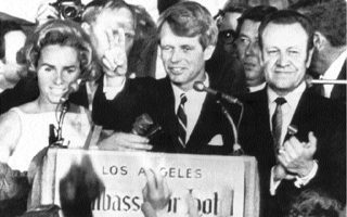Ο γερουσιαστής Ρόμπερτ Κένεντι λίγα λεπτά πριν από τη δολοφονία του πανηγυρίζει τη νίκη του στις προκριματικές εκλογές της Καλιφόρνιας. «Πιστεύω ότι ο Μπόμπι Κένεντι εξακολουθεί να στοιχειώνει τη φαντασία μας, επειδή εκπροσωπεί αυτό που θα μπορούσε να έχει υπάρξει», έγραψε ο Ρόναλντ Στιλ.
