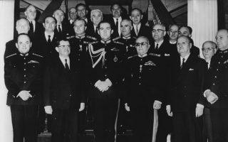 Ο τέως βασιλιάς Κωνσταντίνος (τρίτος από αριστερά) περιστοιχισμένος από μέλη της δικτατορικής κυβέρνησης.