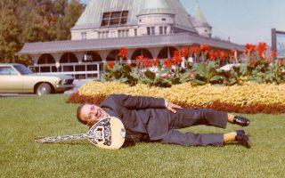 Ο Γιώργος Ζαμπέτας σε αναμνηστική φωτογραφία από το Σίδνεϊ το 1976. Διασκέδαζε και αυτοσαρκαζόταν, όμως, όπως λέει η Κατερίνα Ζαμπέτα, «γύριζε σπίτι στις 6 τα χαράματα, αλλά στις 9 ήταν ξανά στο πόδι. Σκυλί στη δουλειά».