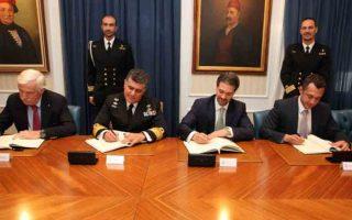 Η υπογραφή της Σύμβασης. Από αριστερά: κ. Πάνος Λασκαρίδης, Αντιναύαρχος Νικόλαος Τσούνης ΠΝ, κ. Fabrizio Mozzi, κ. Απόστολος Ντάσιος