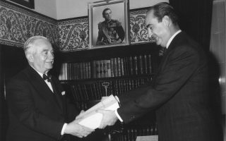 Ως υπουργός Οικονομικών, ο Κωνσταντίνος Μητσοτάκης παραδίδει τον προϋπολογισμό του κράτους στον πρόεδρο της Βουλής Γεώργιο Αθανασιάδη - Νόβα το 1964. Οι φωτογραφίες και τα ντοκουμέντα είναι από το βιβλίο.