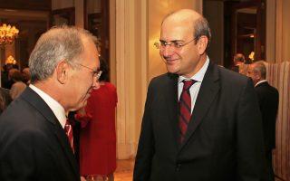 Ο οικοδεσπότης Τούρκος πρέσβης Γιασάρ Χαλίτ Τσεβίκ συνομιλεί με τον αντιπρόεδρο της Νέας Δημοκρατίας, Κωστή Χατζηδάκη, στη δεξίωση για την εθνική επέτειο της Τουρκίας στη «Μεγάλη Βρεταννία».