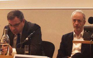 Ο κ. Νίκος Βέττας (αριστερά), γενικός διευθυντής του ΙΟΒΕ, δίπλα στον συντονιστή της βραδιάς, τον αρθρογράφο Χιούγκο Ντίξον, τόνισε ότι η κατάρρευση των ξένων και εγχώριων επενδύσεων επί κρίσεως οφείλεται κυρίως στην αβεβαιότητα για το Grexit.