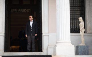 Το σενάριο της «υβριδικής εξόδου» από το τρίτο μνημόνιο είναι το πλέον βολικό, πολιτικά, για την κυβέρνηση. Θα δώσει τη δυνατότητα στον κ. Τσίπρα να υποστηρίξει ότι η Ελλάδα βγαίνει από τα μνημόνια τον Αύγουστο του 2018 και δεν θα χρειαστεί νέο πρόγραμμα για τη συνέχεια.