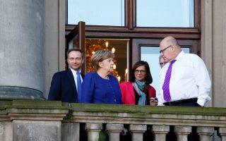 Κρίστιαν Λίντνερ, Αγκελα Μέρκελ και συνεργάτες σε στενό κύκλο, σε ένα από τα διαλείμματα των διαπραγματεύσεων.