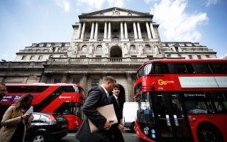 Μεγάλες βρετανικές τράπεζες έχουν ξεκινήσει να μεταφέρουν το προσωπικό τους σε άλλες ευρωπαϊκές πόλεις.