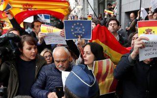 Διαδηλωτές με σημαίες της Ισπανίας και της Ε.Ε αποδοκιμάζουν τον Κάρλες Πουτζντεμόν στη Λέσχη Τύπου των Βρυξελλών, όπου ο έκπτωτος πρόεδρος της Καταλωνίας παραχώρησε συνέντευξη Τύπου.