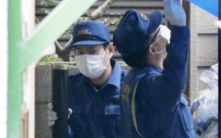 Αστυνομικοί έξω από το διαμέρισμα του συλληφθέντος στην πόλη Ζάμα, νοτιοδυτικά του Τόκιο.