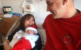 Eνα νεογέννητο μωρό στην αγκαλιά των γονιών του. Επέκταση της άδειας πατρότητας διεκδικούν δεκάδες χιλιάδες Γάλλοι πολίτες.