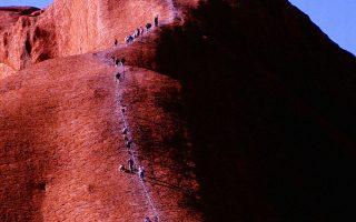 Ο μονόλιθος Ουλούρου της Αυστραλίας αποτελεί βασικό προορισμό των τουριστών.