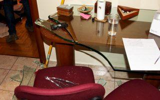 Γυαλιά-καρφιά έκαναν τον εξοπλισμό του γραφείου οι εισβολείς, ενώ πέταξαν φέιγ βολάν με σύνθημα κατά των πλειστηριασμών.