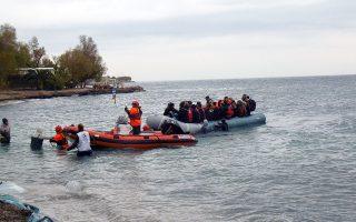 Χθες, ακόμα 104 μετανάστες έφθασαν στα νησιά, όπου στα ΚΥΤ παραμένουν περισσότερα άτομα από όσα χωρούν, σε άθλιες συνθήκες.