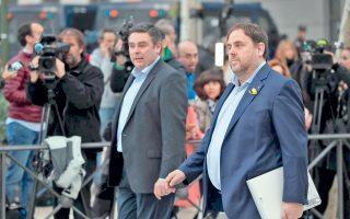 Ο Καταλανός τέως αντιπρόεδρος Οριόλ Τζουνκέρας (δεξιά) προσέρχεται στο δικαστήριο.