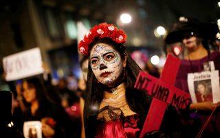 Ακτιβίστρια με το πρόσωπό της βαμμένο, στη χθεσινή διαδήλωση.
