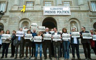 Δήμαρχοι και δημοτικοί σύμβουλοι της Καταλωνίας διαμαρτύρονται στη Βαρκελώνη για τη φυλάκιση των πολιτικών ηγετών που υποστήριξαν την απόσχιση της αυτόνομης περιοχής από το ισπανικό κράτος.