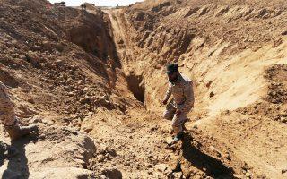 Μέλος των παλαιστινιακών δυνάμεων της Χαμάς αναζητεί επιζώντες από την ισραηλινή επίθεση σε τούνελ στη Γάζα.