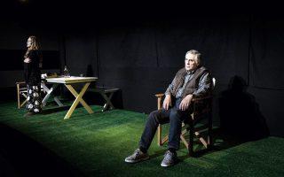 Ο πρώην πρύτανης, υφυπουργός Παιδείας, καθηγητής Θεοδόσης Πελεγρίνης στη σκηνή του θεάτρου, από τη σειρά έργων που έγραψε ο ίδιος με τον τίτλο «Η Φιλοσοφία στη Σκηνή».