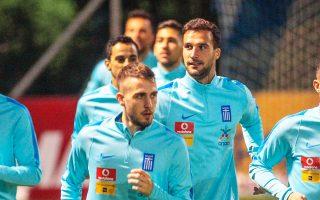 Μετ' εμποδίων, αλλά με πολλά χαμόγελα ξεκίνησε χθες βράδυ η προετοιμασία της εθνικής ομάδας στον Αγ. Κοσμά ενόψει του πρώτου κρίσιμου αγώνα της Πέμπτης με την Κροατία στο Ζάγκρεμπ.