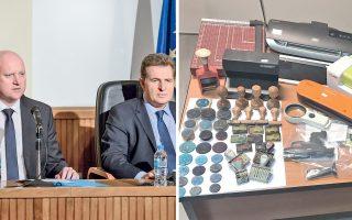 Αριστερά, ο Gabor Sztankovics, ειδικός επιχειρήσεων της Europol, και δίπλα του ο διευθυντής Ασφάλειας Αττικής Χρήστος Παπαζαφείρης. Δεξιά, σφραγίδες και χαρτιά, με τα οποία φέρεται να τροφοδοτούσε τη σπείρα υπάλληλος της Μεταφραστικής Υπηρεσίας του υπουργείου Εξωτερικών.