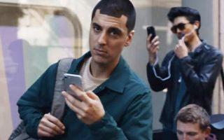 Στο δυσφημιστικό για την Apple σποτ της Samsung περιγράφεται η πορεία ενός πιστού πελάτη της αμερικανικής εταιρείας από το 2007 έως σήμερα, ο οποίος με αγωνία περιμένει την κάθε νέα συσκευή iPhone. Ωστόσο, όταν την αποκτά, διαπιστώνει τα μειονεκτήματά της.