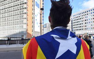 Μοναχικός διαδηλωτής υπέρ της Καταλωνίας έξω από τα γραφεία της Κομισιόν στις Βρυξέλλες.