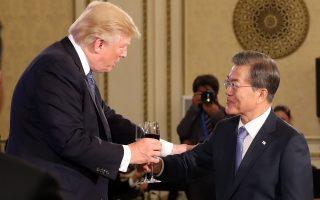 Ο πρόεδρος Μουν της Ν. Κορέας συγχαίρει τον Τραμπ για την επέτειο ενός χρόνου από την εκλογή του.