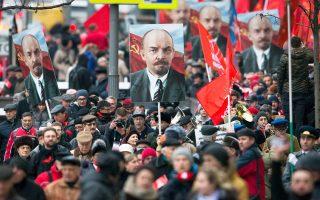 Υποστηρικτές του Κομμουνιστικού Κόμματος μεταφέρουν το πορτρέτο του Λένιν κατά τους εορτασμούς για την Οκτωβριανή Επανάσταση.