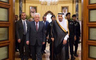 Ο Σαουδάραβας βασιλιάς Σαλμάν υποδέχεται στο Ριάντ τον Παλαιστίνιο πρόεδρο Μαχμούντ Αμπάς.