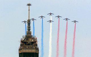 Θεαματική επίδειξη γαλλικών πολεμικών αεροσκαφών πάνω από τον Πύργο του Αϊφελ. Η Γαλλία πρωτοστατεί στις προσπάθειες για ισχυρότερη ευρωπαϊκή συνεργασία στον τομέα της άμυνας.