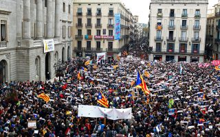 Διαμαρτυρία απεργών για τη φυλακισμένη καταλανική ηγεσία στην πλατεία Σεν Ζομ της Βαρκελώνης.