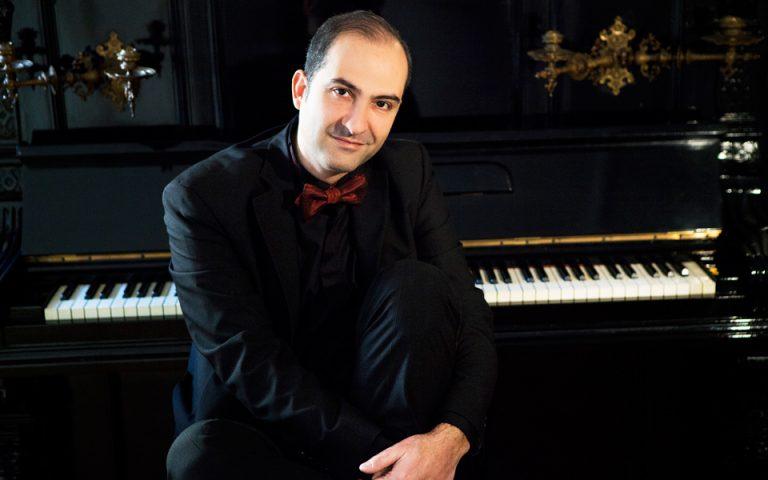 aris-graikoysis-o-pianistas-poy-chtizei-koino-2217143